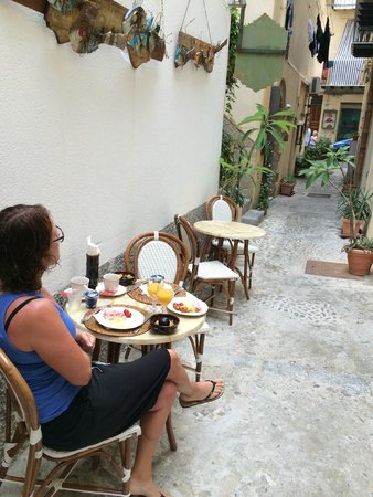 La Plumeria Hotel: Frukost i gränden