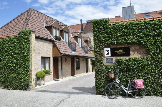 Hotel Prinsenhof Bruges: Back of the hotel with parkings and room. Quiet, elegant and well kept.