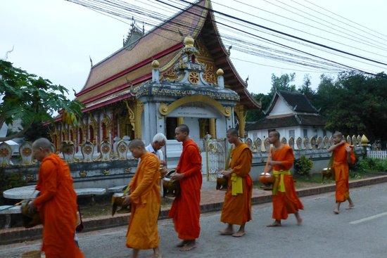 Villa Chitdara 2 Guesthouse: La procession des moines juste derrière la maison d'hôtes