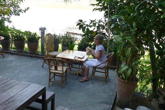 Villa Chitdara 2 Guesthouse: Sur la terrasse le long du Mékong
