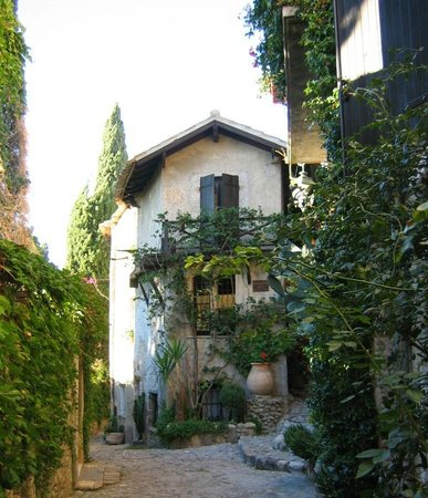 Haut de Cagnes : Medieval buildings and lovely angles for photos!