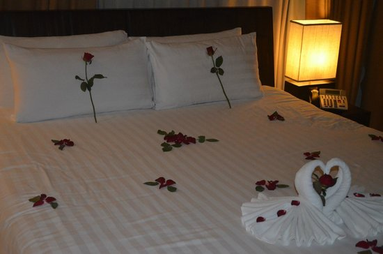 Serenity Resort & Residences Phuket : lovely cozy bed decorated every evening