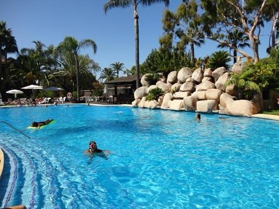 BlueBay Banus : piscina grande lago