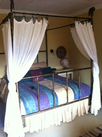 Old Town GuestHouse: Bed in African Violet room
