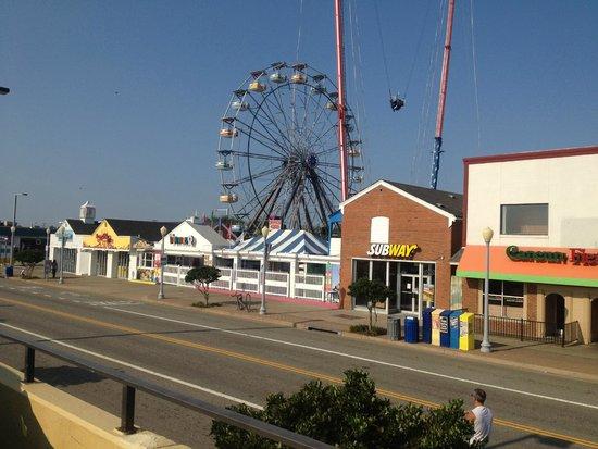The Breakers Resort Inn: Across the street fun for the kids.