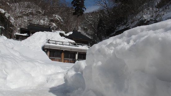 Risshaku-ji Temple: wall of snow here and there