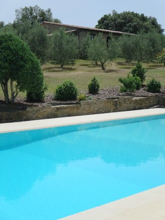 Country House Montali: Pool with rooms in the background