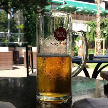 Lisbon Marriott Hotel: Cold beer by the pool area