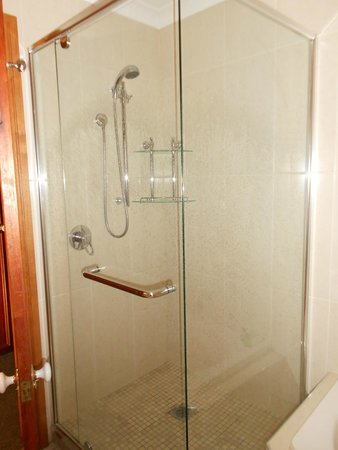 Clarion Hotel City Park Grand: Shower
