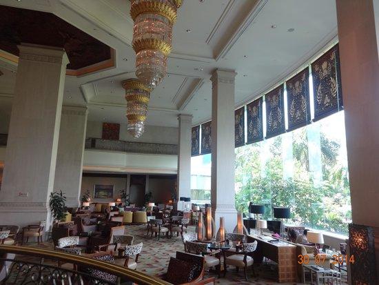 Shangri-La Hotel Jakarta: Hotel Cafe