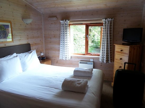 Darwin Forest Country Park: Lovely bedroom and view of woodland