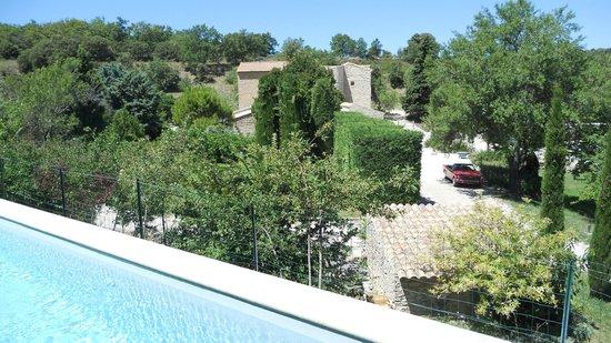 Domaine Grange Neuve: vue depuis la piscine en contre-haut