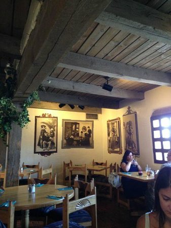High Noon Restaurant & Saloon: Cozy environment in historical building