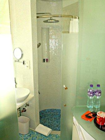 Dorsett Mongkok Hong Kong : The toilet and bath.