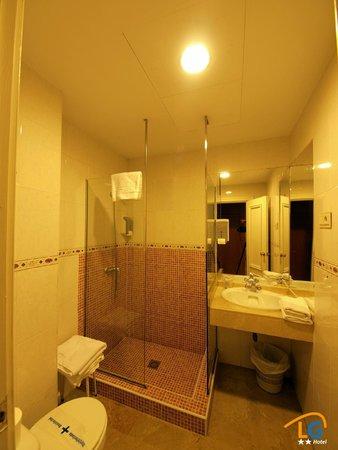 Hotel Los Galanes: Baño con ducha