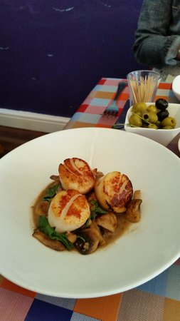 TJ's Restaurant: Scallops, Mushrooms and Pine Nuts in a Peppercorn Sauce