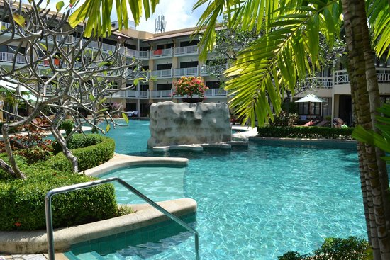 Thara Patong Beach Resort & Spa: Piscine