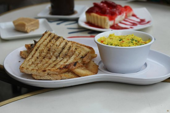 Le Petit Cochon Dingue : Grilled cheese with apples, couscous