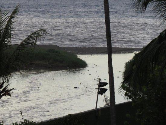 Playa Grande Caribe Hotel & Marina: La cloaca de la ciudad desemboca a 15 metros
