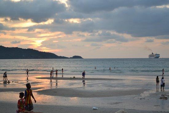 Thara Patong Beach Resort & Spa: Patong Beach