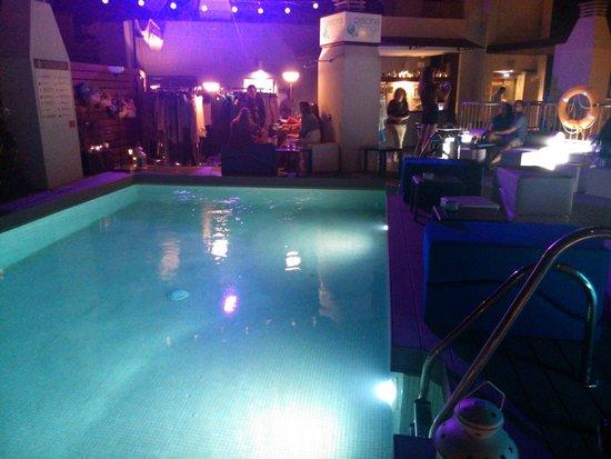 Hotel Molina Lario : La piscina de noche se podia disfrutar del bar