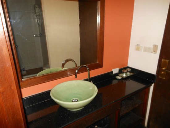 Lamphu Tree House: The sink is right in front of the bathroom