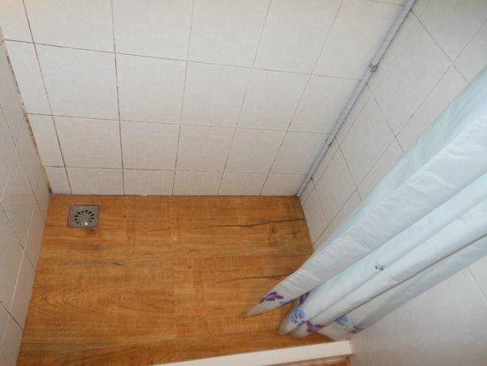 Lamphu Tree House: The shower floor