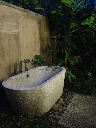 Jeeva Klui Resort: Outdoor bathtub
