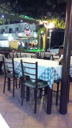 Kipos: Il locale in tarda serata.