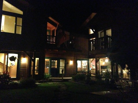 The Alpine House Lodge & Cottages : The glowing house at night