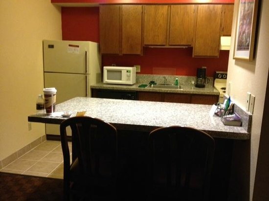 Hawthorn Suites by Wyndham Holland/toledo Area: kitchen