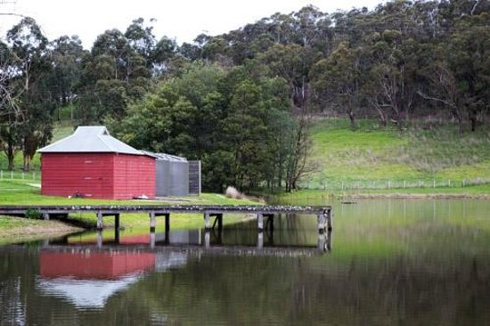 Medhurst Cellar Door and More Cafe: The dam and building near the entrance