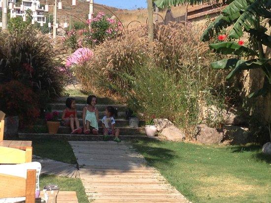 La Brezza Suite & Hotel: çocuk için çok güzel bir bahçe