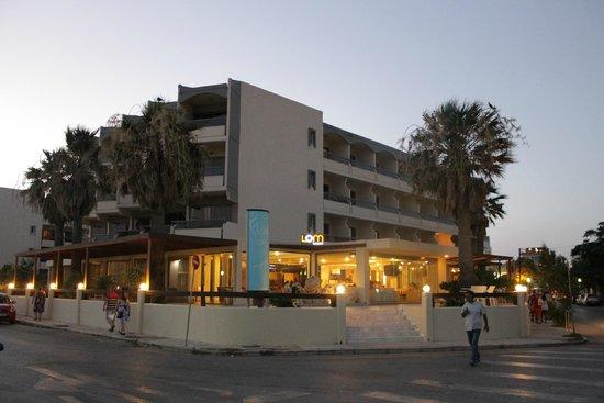 Lomeniz Hotel: Udsigt fra gaden til hotellet