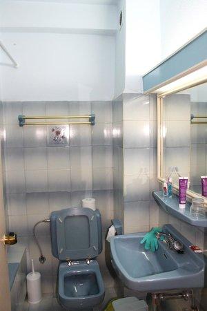 Lomeniz Hotel: Det meget blå badeværelse