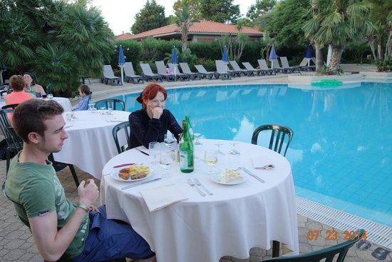 Fiesta Hotel Garden Beach: table restaurant vue sur piscine