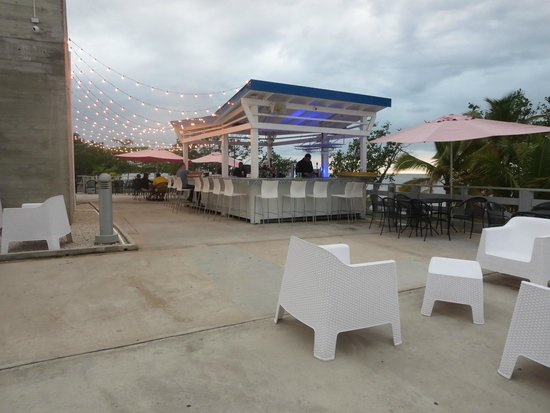Costa tio mon: Outside bar and sitting area with a view of Mayagüez bay.
