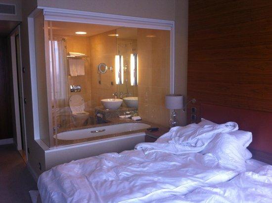 Hotel Okura Ámsterdam: View into bathroom