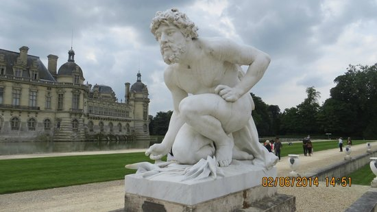 Château de Chantilly : Sculptures a bit everywhere around