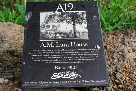 Lara House Bed and Breakfast: Historical Marker in front lawn