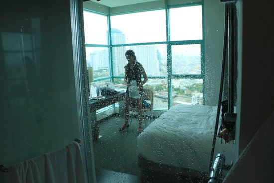 Chatrium Hotel Riverside Bangkok: view from bathroom through shower, can open for view while showering