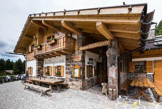 Rifugio Passo Manghen: L'ingresso alla baita