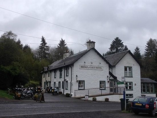 Bridge of Cally Hotel: Front of the hotel