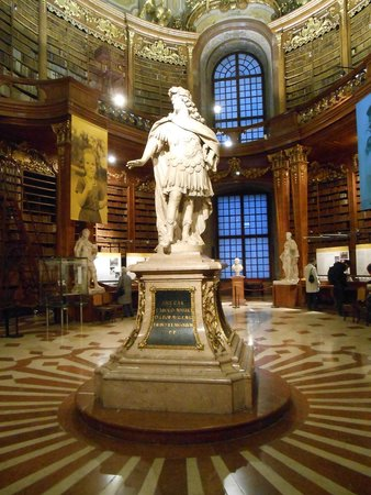 Prunksaal der Österreichischen Nationalbibliothek: Estátua de Carlos VI