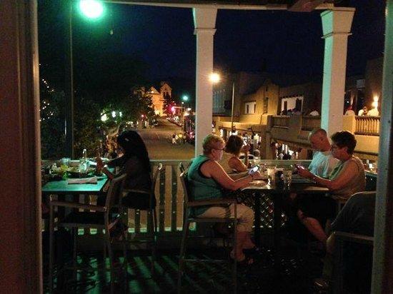 Thunderbird Bar and Grill: Outdoor seating looking at the Santa Fe main square