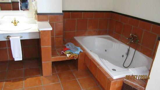 Hotel Los Cerezos: grande salle de bain