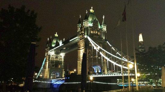 The Tower: Tower Bridge, sedd från uteserveringen