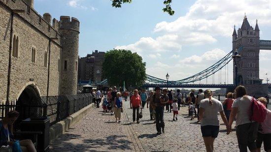 The Tower: T.v. Tower of London. Rakt Fram hotellet. T.h. Tower Bridge