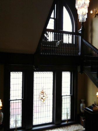 The Samuel Culbertson Mansion Bed and Breakfast Inn: Grand staircase