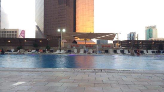 Ezdan Hotel: Swimming pool